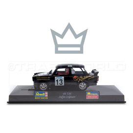 Das Bild zeigt ein hellblaues Trabant Modellauto. Über ihm ist eine Krone als Symbol unseres Bestsellers.
