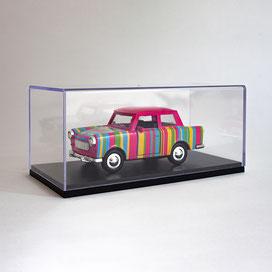 Trabant Modellauto in einer Acryl Schauvitrine