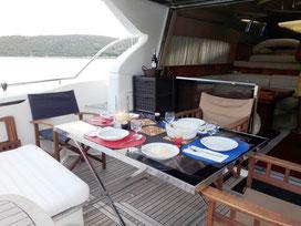 Essen an Bord auf dem Achterdeck