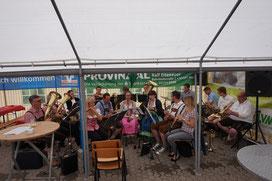 Die Egerlandbesetzung des Musikzuges Wendershagen eröffnet den musikalischen Reigen des Festes