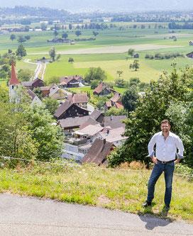 Bertrand Hug vor dem Dorf Frümsen, Gemeinde Sennwald
