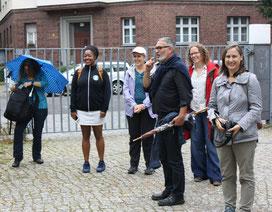 """Herr Dietzen von """"Grün macht Schule"""" begrüßt die Teilnehmer am Schultor."""