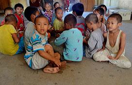 Huérfanos que llegaron al monasterio el día de nuestra visita.