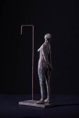 Junge Frau vor´m Spiegel, schwarzer Ton, Cu-Patina, Stahldraht, 38x16x8cm, 260€