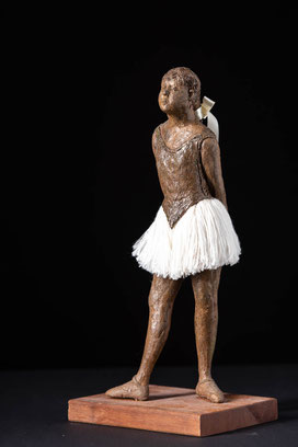 Die junge Tänzerin (nach Degas), brauner Ton, Fadenröckchen und Schleife, Nußbaumsockel, 40x30x20, unverkäuflich
