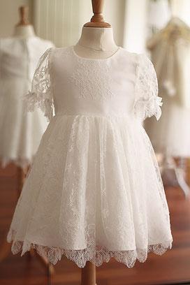Robe baptême bébé fille dentelle fine de Chantilly manches courtes dentelle. Modèle robe  de baptême Anna, Fil de Légende. Magasin vêtements baptême Paris, Fil de Légende.