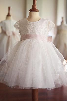 Robe cérémonie bébé mariage ou baptême en dentelle italienne et tulle blanc. Ceinture rose poudrée. Magasin vêtements de baptême Paris, Ile de France, France. Envoi dans toute la France.