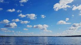 Werbellinsee mit Motoryacht, Motorboot, Segelyacht, Segelboot und Hausboot, Blauer Himmel mit kleinen weißen Wolken