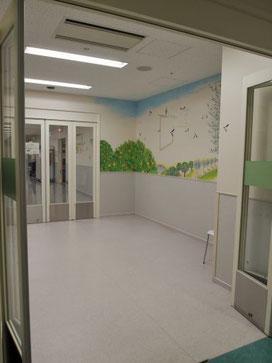 手術室前の部屋には、壁画が描かれている