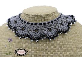col Claudine au crochetd'Art, gris et noir et perles de rocaille blanche, hypoallergénique, il se noue autour de votre cou avec un lacet