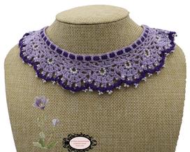 col Claudine au crochetd'Art, violet et perles de rocaille blanche, hypoallergénique, il se noue autour de votre cou avec un lacet