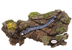 bracelet Aerin, réalisé au crochet d'art, un bijou textile réalisé en coton bleu marine, des perles blanches ont été incluses en cours de travail. Un bijou hypoallergénique, il se ferme par une boule de perles glissée dans un maillon crocheté et perlé