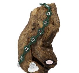 Bracelet de la collection Adronie, un bijou textile réalisé au crochet d'Art. Le motif de la mûre de la dentelle Oya est réparti le long du bracelet vert.Les grains du fruit sont symbolisés par les Rocaille de Bohème blanches