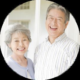 高齢者の夫婦が二人で並んで笑っている写真
