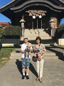 ハワイオアフ島貸切チャーター観光でハワイ出雲大社前にて。ご夫婦でそれぞれダッフィーとシャリーメイを抱いて記念撮影