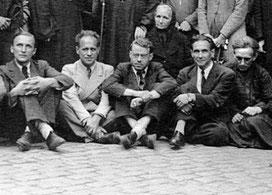 M. Kovalevsky, V. Lossky, N. Poltoratsky, L. Ouspensky, G. Krug le 25 août 1945 devant l'Église des Trois Saints Docteurs