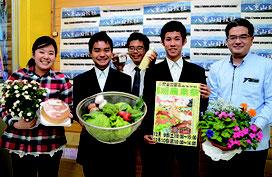 来社して農業祭をPRする生徒ら=5日、八重山日報社
