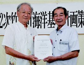 土屋委員長(左)が西大舛町長に計画案を答申した=25日、竹富町役場