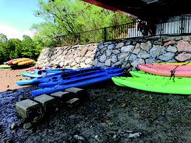 浦内川の橋下はツアー業者のカヌーが占拠している=2017年10月撮影