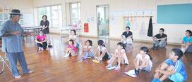 平久保小学校で行われた平和学習での講話=17日午前、同校のランチルーム