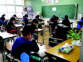 全国学力・学習状況調査が行われた=17日午前、石垣小学校
