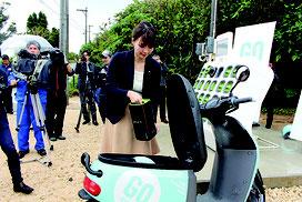 担当者が充電ステーションでバッテリー交換を実演した=1月31日、川平湾付近