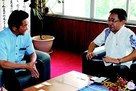 就任あいさつで中山市長を訪れた中嶋局長(右)=4日午後、市役所