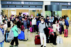 各地からの便が到着するたび、到着ロビーは多くの観光客であふれた=29日午前、南ぬ島石垣空港