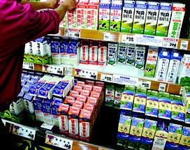 地元牛乳の棚が大きく空いていた=2日、市内スーパー