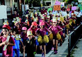 パレードで非行防止などを訴えた児童生徒ら=29日夕、大浜