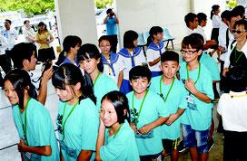 セレモニーでは石垣市の児童生徒が蘇澳鎮の子どもたちを歓迎した=31日、市役所
