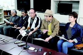 会見するオール沖縄の玉城氏(右端)と高良氏(右から2人目)=9日、県庁