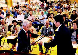 八重山在住大宜味村一心会の設立50周年記念式典で10人に感謝状が贈られた=11日、伊野田小学校