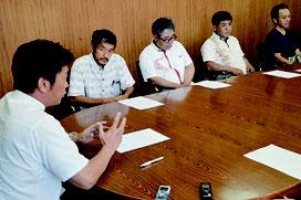 4公民館が中山市長に意見交換会開催について抗議した=14日、石垣市役所