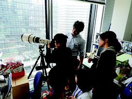 カメラマンから説明を受ける参加者=28日、産経新聞社
