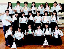 八農高生徒が三角灯籠を作成した=1日、八重山農林高校