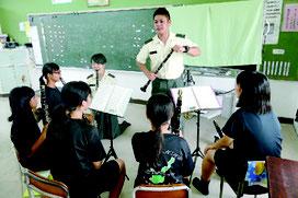 陸自第15音楽隊による音楽教室が開催された=27日午後、平真小学校