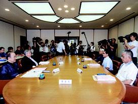 第三者委員会のメンバー5人(中央に着席)=11日午後、県庁内
