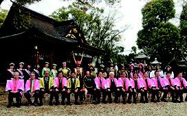 岡崎市の「桜祭り」に参加した同市と石垣市議会の関係者。中央は藤岡弘、さん(石垣市議会提供)
