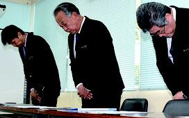 「信用失墜した」と謝罪した石垣安志教育長(中央)=7日、石垣市教育委員会