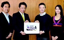 最優秀賞に選ばれたコウさん(右から2番目)。右隣りは妻・和佳奈さん=15日、市役所