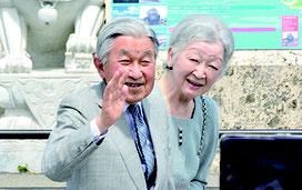 与那国空港で町民らの奉迎に手を振りこたえる両陛下=28日、午前同所