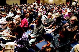 昼夜とも多くの人が訪れ満席となった=14日夜、市民会館中ホール