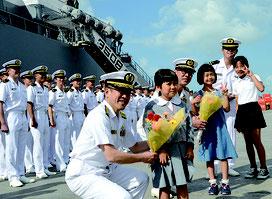 練習艦の入港を歓迎し、花束が贈られた=30日朝、石垣港湾内