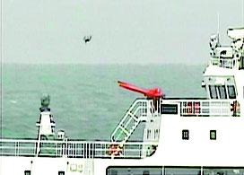 中国公船の周辺で確認されたドローンのような物体=18日、尖閣諸島周辺海域(第11管区海上保安本部提供)