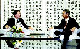 会談する翁長知事(写真右)とハガティ米大使=13日、県庁