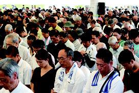 沖縄全戦没者追悼式で黙とうする参列者=23日正午、平和祈念公園