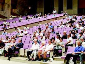 自衛隊配備をめぐる石垣市主催の意見交換会に集まった人たち=11日夜、石垣市民会館大ホール