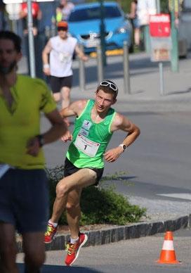 die letzte Runde wird auf dem verwinkelten kupierten Kurs noch unter 3'/km absolvierte(c by Karl Stöger)