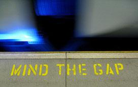 "Auch an den Bahnsteigkanten des Lebens kann mancher Übergang zur echten Herausforderung werden. Bild: ""Mind the Gap"" Pawel Loj/flickr"